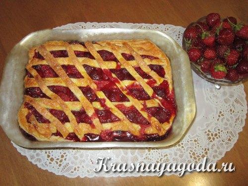 Пирог с клубникой из слоеного теста